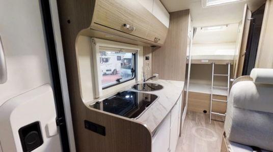 Cocina, interior de autocaravana. Fotografía de productos.