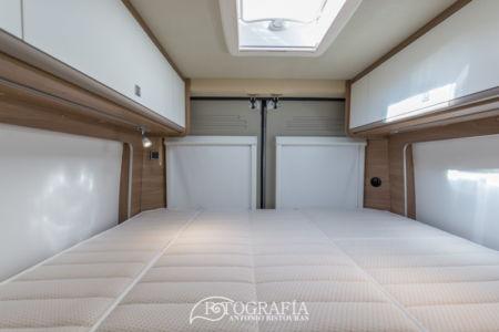 Cama doble, interior de autocaravana